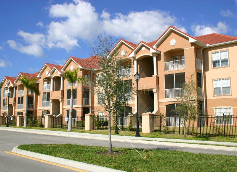 Kleurrijke Flatgebouwen Met Koopflats Royalty-vrije Stock Foto