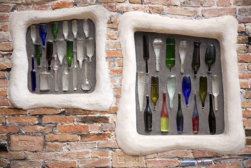 Download Kleurrijke Flessen Ingebed In Bakstenen Muur Stock Foto - Afbeelding bestaande uit ornament, decor: 39111294