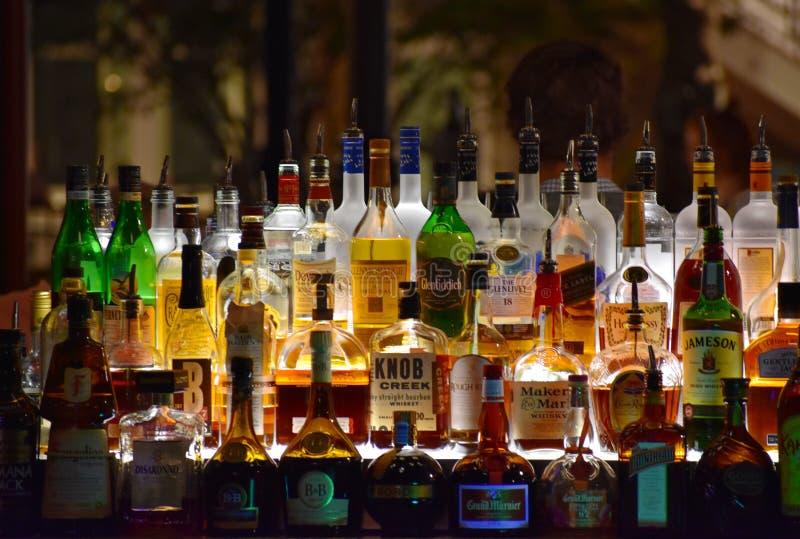 Kleurrijke flessen van verschillende dranken in Bar bij het Uitzichtgebied van Meerbuena royalty-vrije stock afbeeldingen