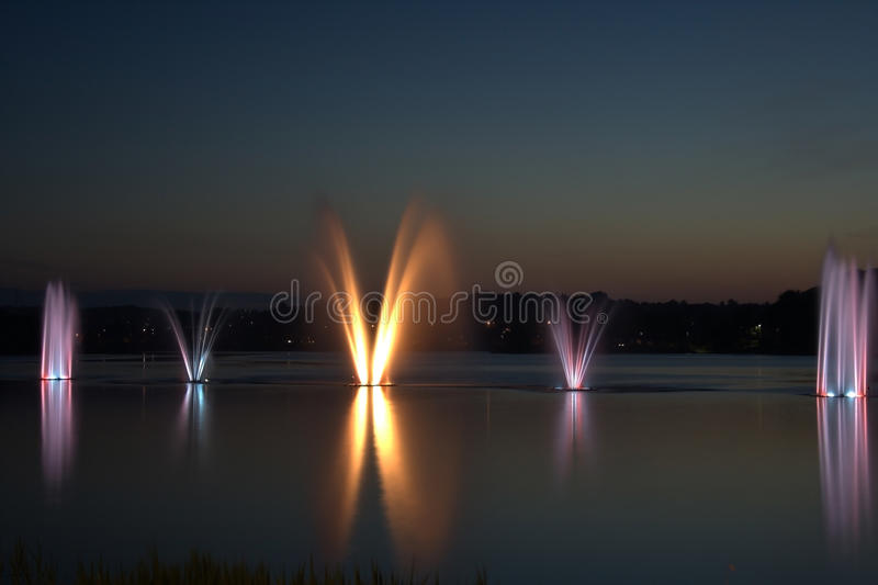 Kleurrijke fountian en zonsondergang stock fotografie