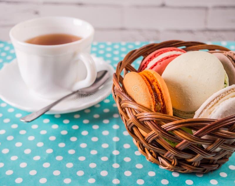 Kleurrijke Franse macaron of Italiaanse macaronstapel op mand royalty-vrije stock foto's