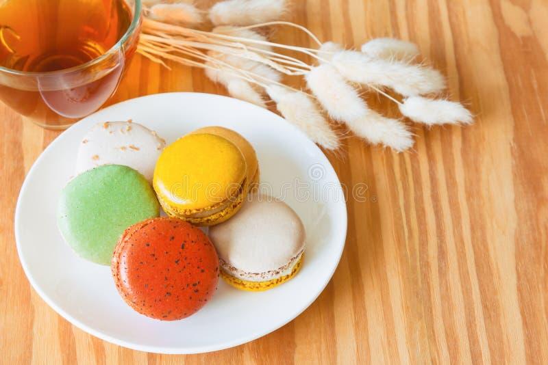 Kleurrijke Franse macaron of Italiaanse macaron op witte plaat Homem stock afbeeldingen
