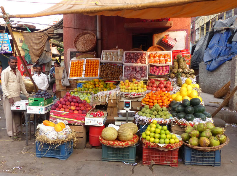 Kleurrijke fruitbox in de straat van Delhi, India royalty-vrije stock afbeelding