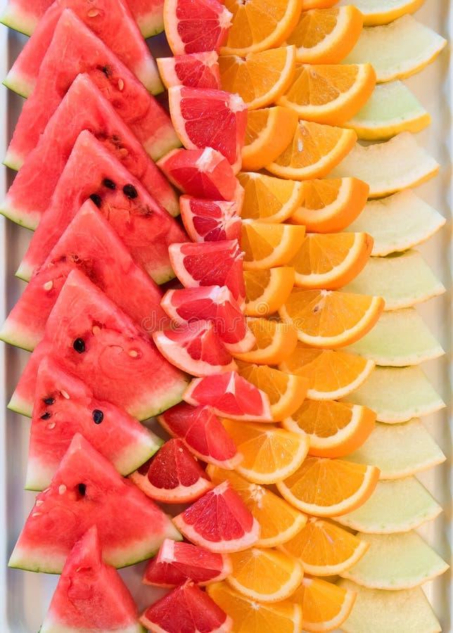 Kleurrijke fruitschotel, hoogste mening, voedselachtergrond, richtend buffet stock fotografie