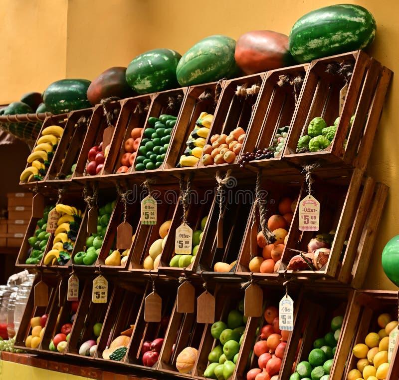 Kleurrijke fruitvertoning bij een markt royalty-vrije stock foto