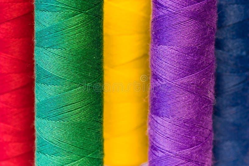 Kleurrijke garenspoelen stock afbeeldingen