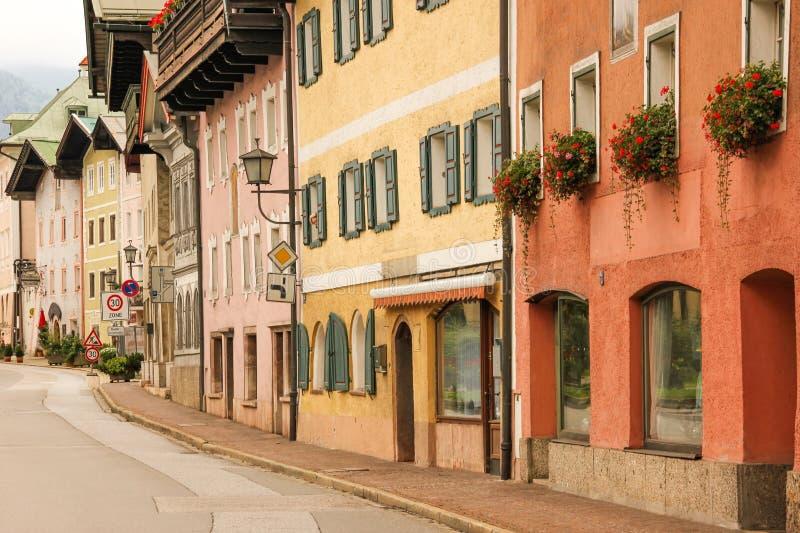 Kleurrijke gebouwen in de oude stad Berchtesgaden duitsland stock foto