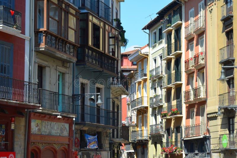 Kleurrijke gebouwen en balkons langs de Straten van Pamplona, stock foto