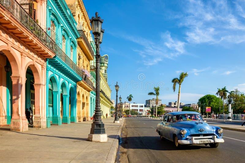 Kleurrijke gebouwen en oude Amerikaanse auto in Havana stock afbeelding