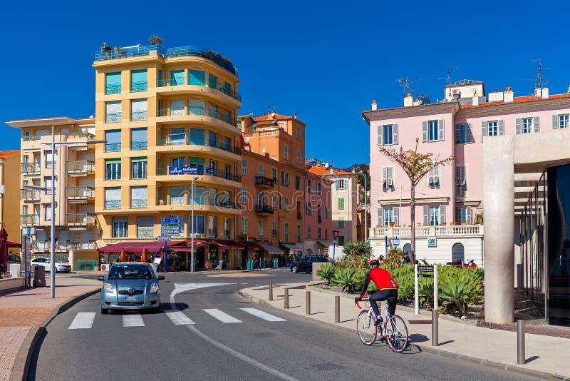 Kleurrijke gebouwen en stedelijke weg in Menton, Frankrijk stock foto