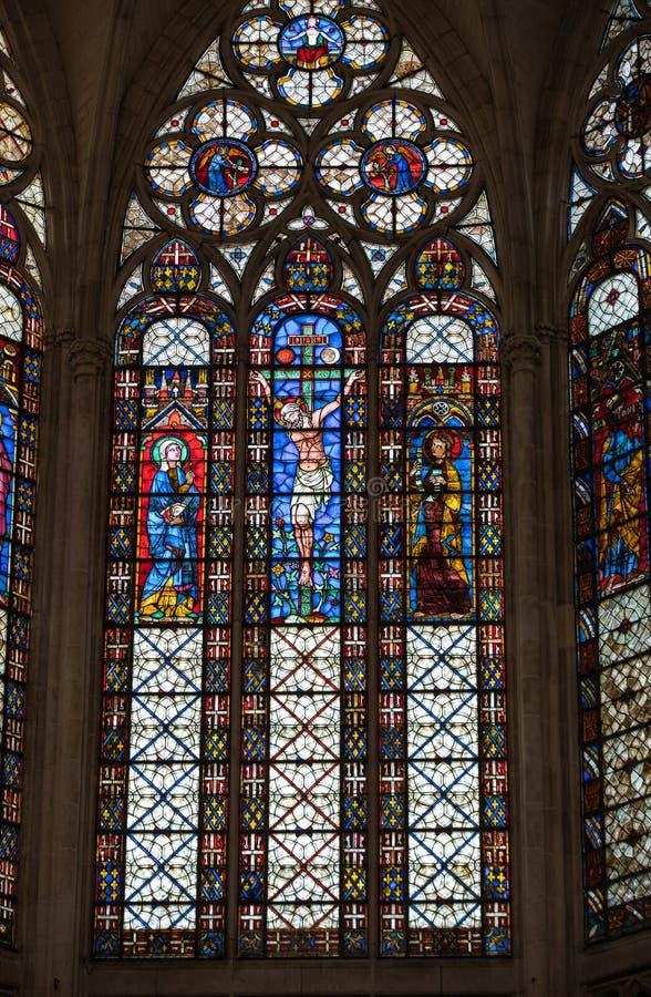 Kleurrijke gebrandschilderd glasvensters in Basilique heilige-Urbain, de 13de eeuw gotische kerk in Troyes, royalty-vrije stock afbeelding