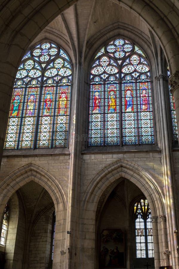 Kleurrijke gebrandschilderd glasvensters in Basilique heilige-Urbain, de 13de eeuw gotische kerk in Troyes, stock fotografie
