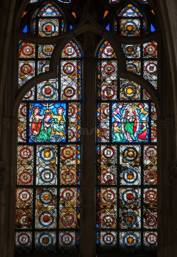 Kleurrijke gebrandschilderd glasvensters in Basilique heilige-Urbain, de 13de eeuw gotische kerk in Troyes, royalty-vrije stock foto's
