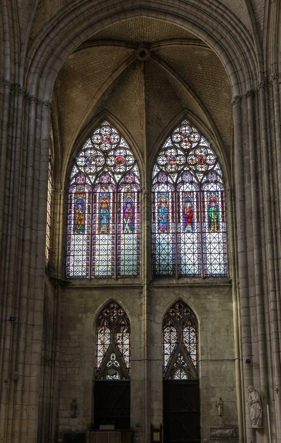 Kleurrijke gebrandschilderd glasvensters in Basilique heilige-Urbain, de 13de eeuw gotische kerk in Troyes, Frankrijk stock fotografie