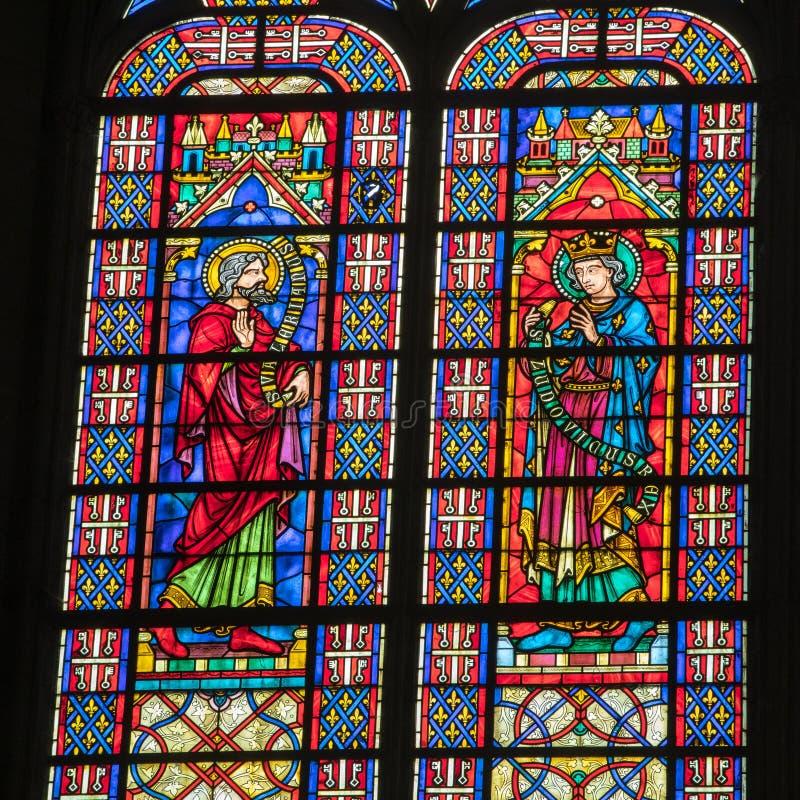 Kleurrijke gebrandschilderd glasvensters in Basilique heilige-Urbain, de 13de eeuw gotische kerk in Troyes, Frankrijk stock foto's