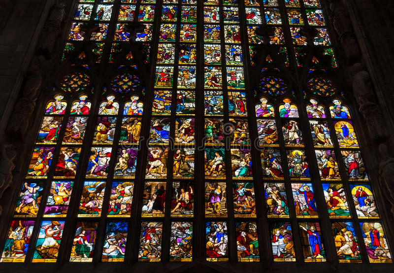 Kleurrijke gebrandschilderd glasvensters in Duomo (Kathedraal) in Milaan stock afbeelding