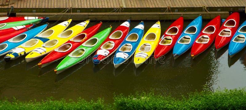 Kleurrijke gedokte kajaks - zoals die hierboven worden gezien van royalty-vrije stock foto
