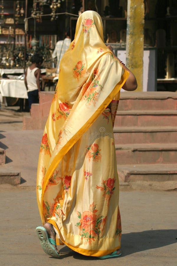 Kleurrijke geklede vrouw stock afbeeldingen