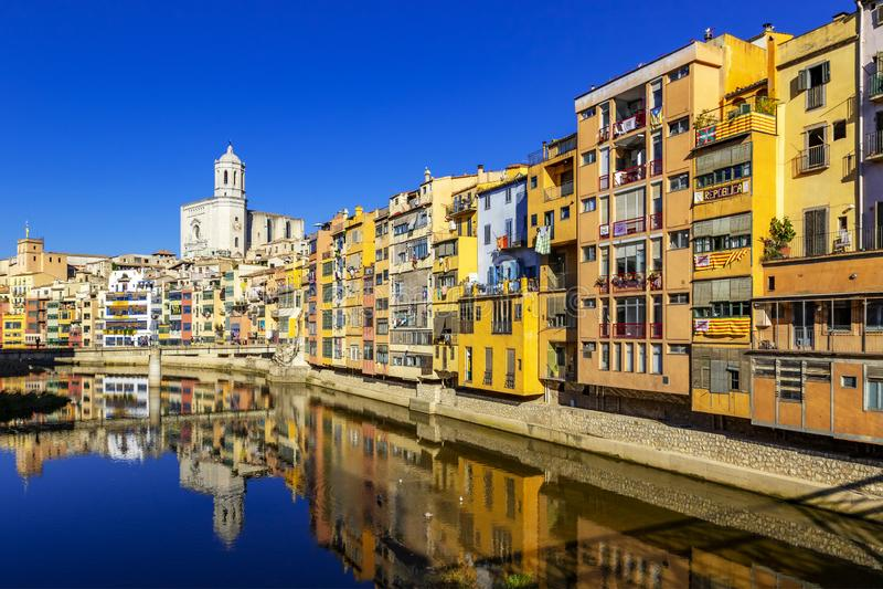 Kleurrijke gele en oranje die huizen in water, Girona worden weerspiegeld royalty-vrije stock foto's