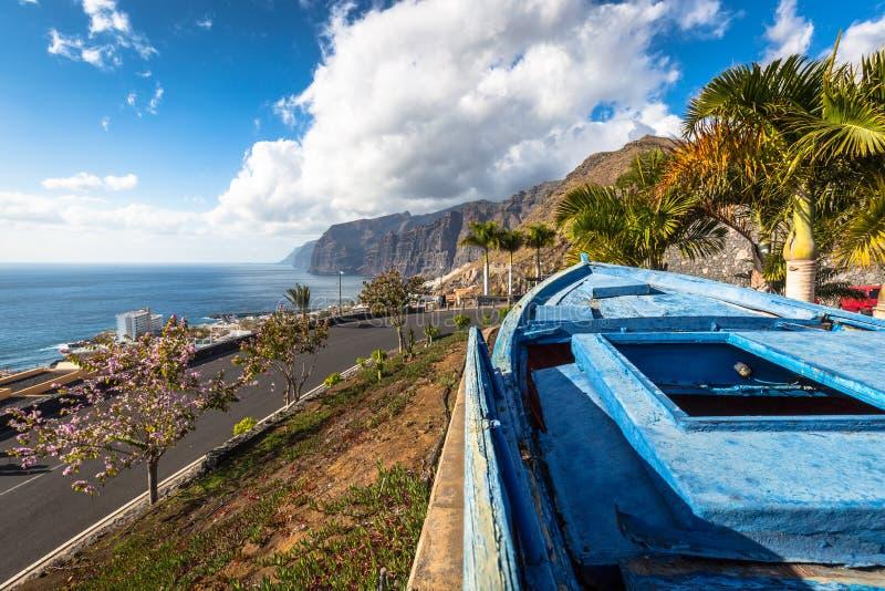 Kleurrijke geschilderde vissersboot dichtbij de oceaan in Los Gigantes, T stock afbeeldingen