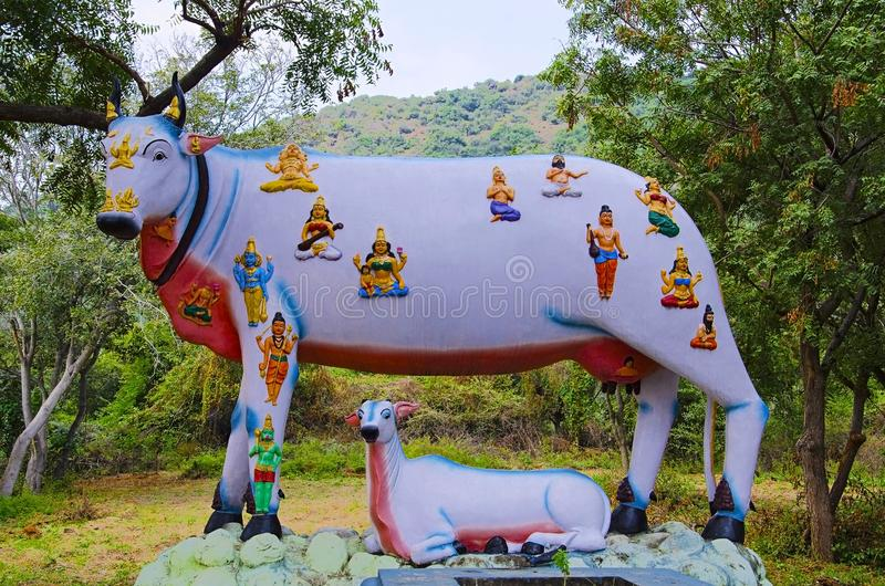 Kleurrijke gesneden idolen van vele goden en godinnen op koe` s rug, op de manier aan Kanchipuram, Tamil Nadu, India royalty-vrije stock foto