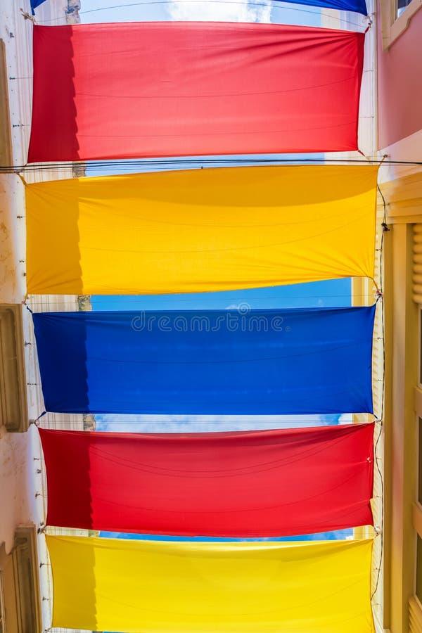 Kleurrijke gespannen stof als schaduwdonor in de Portugese stad Loulé royalty-vrije stock afbeelding