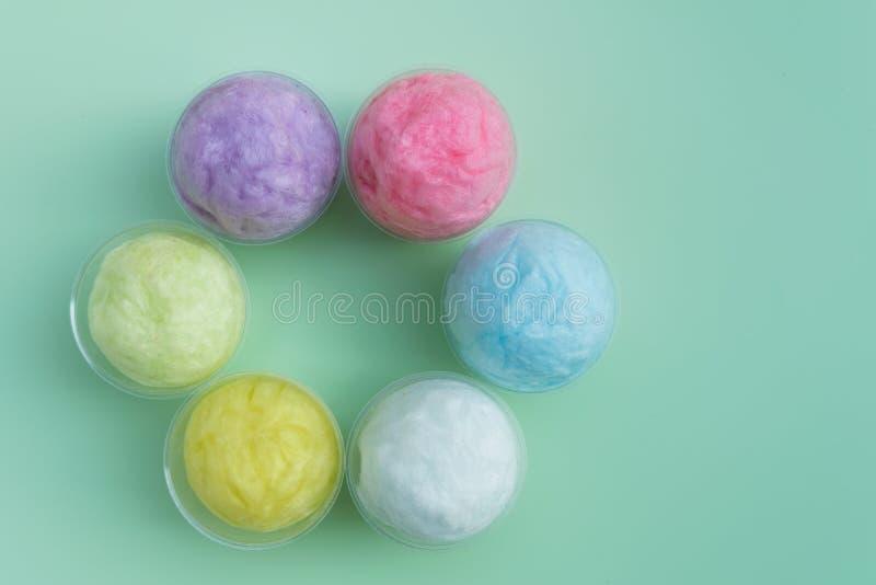 kleurrijke gesponnen suiker in plastic kop royalty-vrije stock fotografie
