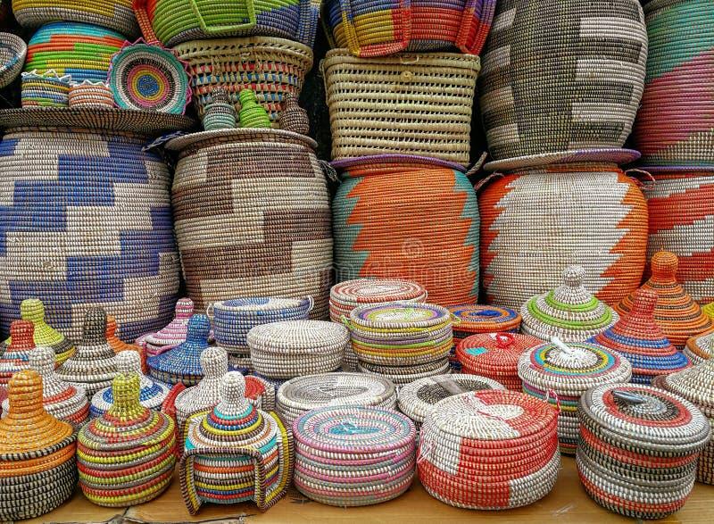 Kleurrijke geweven manden op verkoop bij een Mediterrane markt stock foto