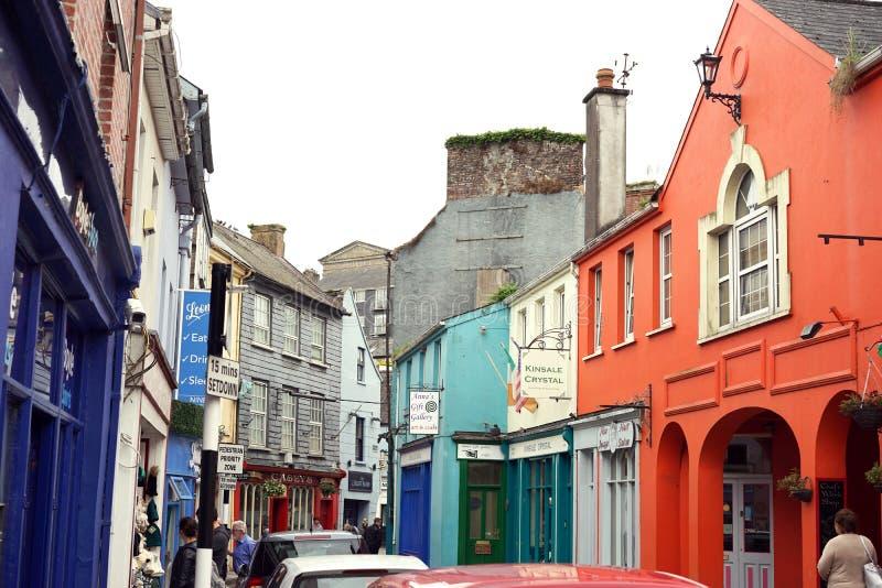 Kleurrijke gezellig ouderwetse winkels op smalle straten stock fotografie