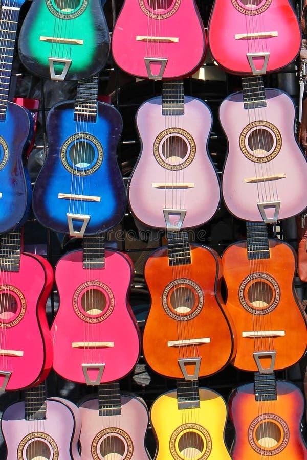 Kleurrijke gitaren stock fotografie