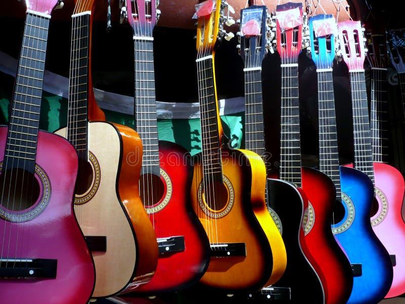 Kleurrijke gitaren op vertoning stock afbeeldingen