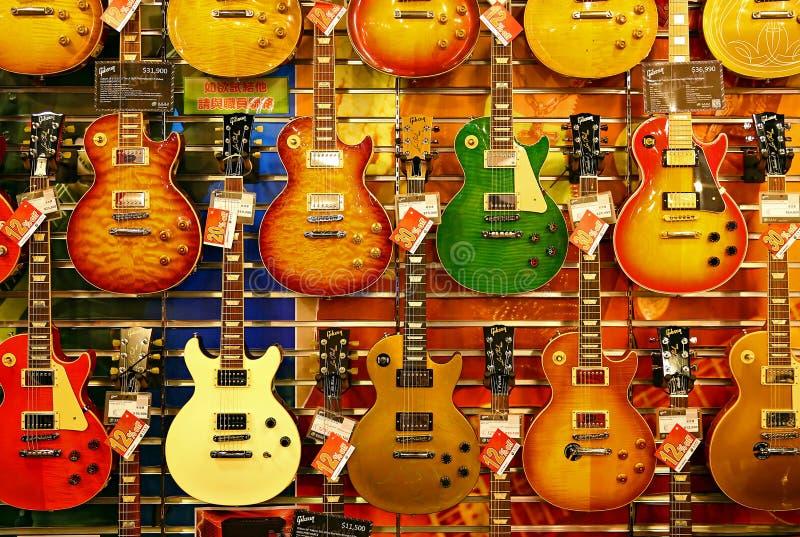 Kleurrijke gitaren voor verkoop stock afbeeldingen