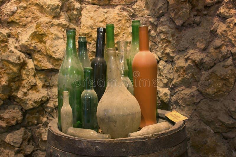 Kleurrijke glasflessen in wijnkelder royalty-vrije stock afbeeldingen