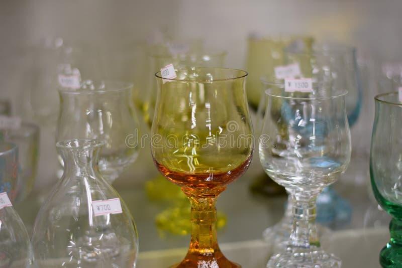 Kleurrijke Glazen in opslagplank stock afbeeldingen