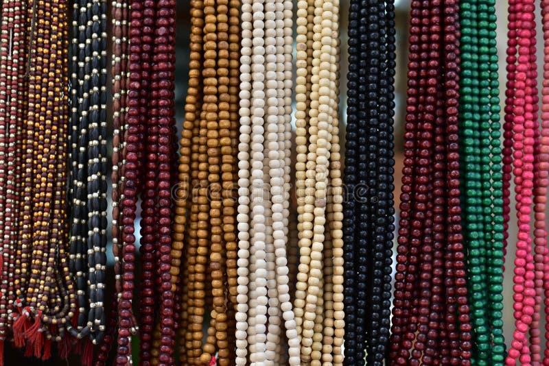 Kleurrijke Godsdienstige Geparelde Slingers op vertoning stock foto