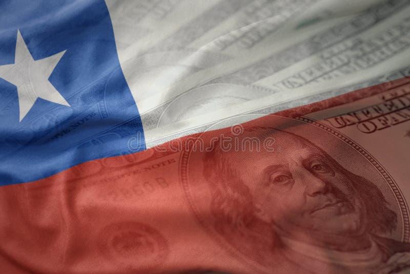 Kleurrijke golvende nationale vlag van Chili op een achtergrond van het dollargeld Het concept van financiën royalty-vrije stock afbeelding