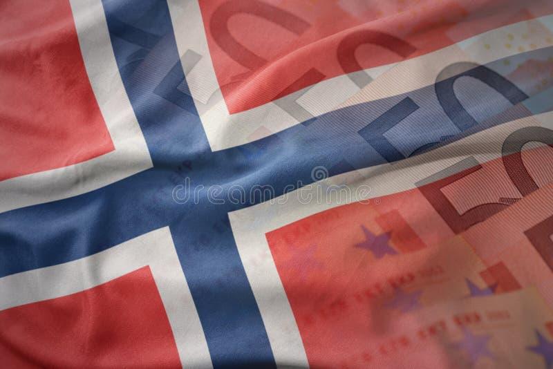 Kleurrijke golvende nationale vlag van Noorwegen op een euro achtergrond van geldbankbiljetten stock afbeeldingen