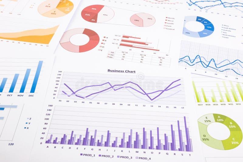 Kleurrijke grafieken, gegevensanalyse, marketing onderzoek en jaarlijks aangaande