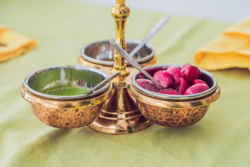 Kleurrijke groene, gele en rode kruidige sausen in kommen stock afbeelding