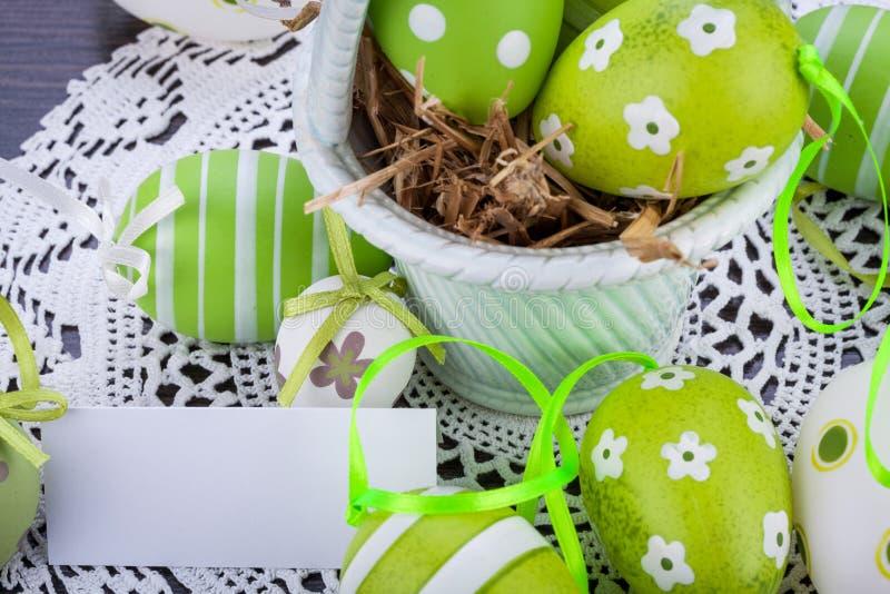 Kleurrijke groene paaseieren in stro stock fotografie