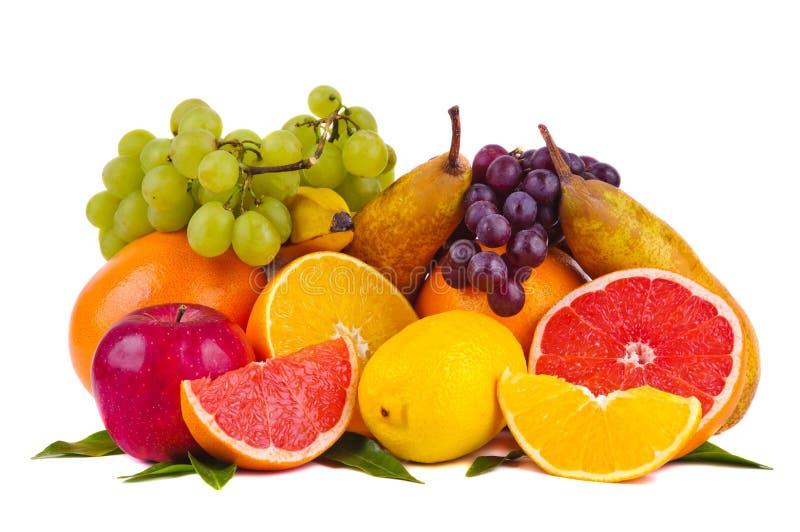 Kleurrijke groep verse vruchten stock afbeeldingen