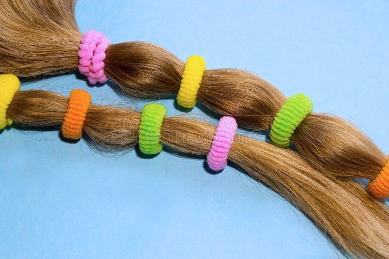 Kleurrijke haarbanden op een blauwe achtergrond stock foto's