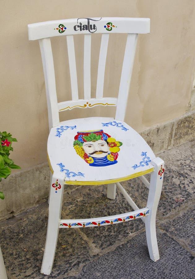 Kleurrijke hand geschilderde stoel stock foto