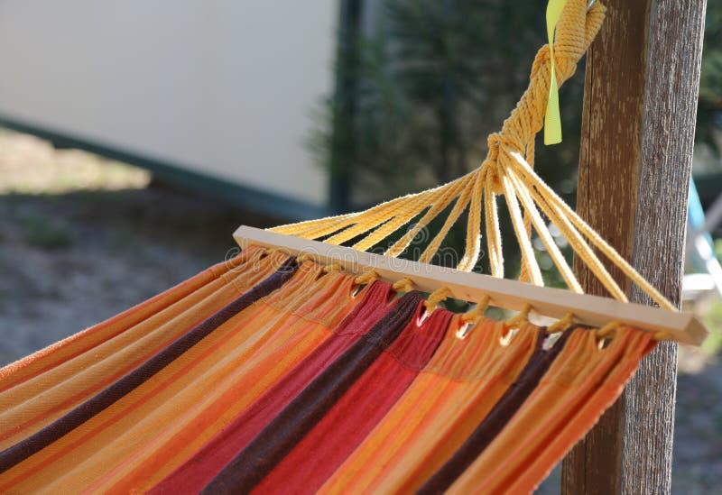 kleurrijke hangmat om in de bungalowtoevlucht te ontspannen stock foto's