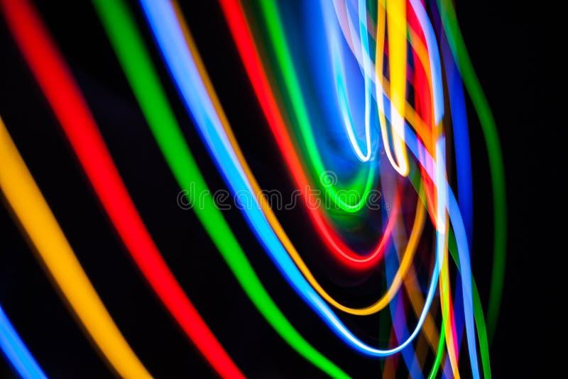 Kleurrijke heldere rode, gele, blauwe en groene gemengde Kerstmislichten die in diverse richtingen stromen royalty-vrije illustratie