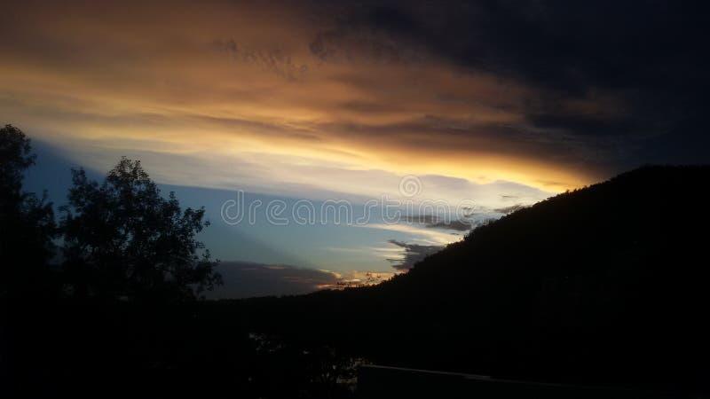 Kleurrijke hemel in avondtijd stock afbeeldingen