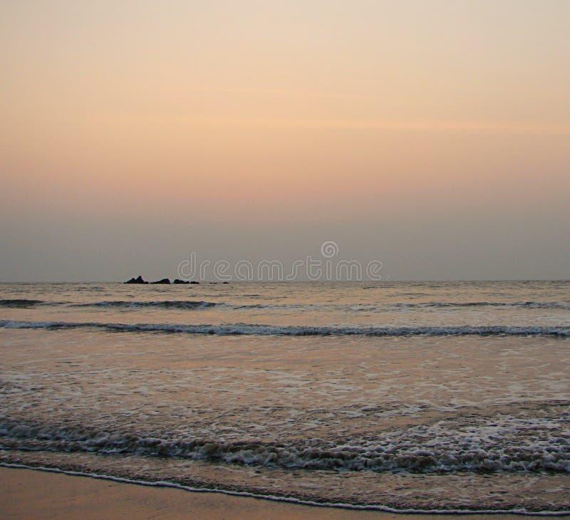 Kleurrijke Hemel bij Avond over Overzees in Muzhappilangad aandrijving-in Strand, Kannur, Kerala, India - Natuurlijke Achtergrond royalty-vrije stock afbeelding