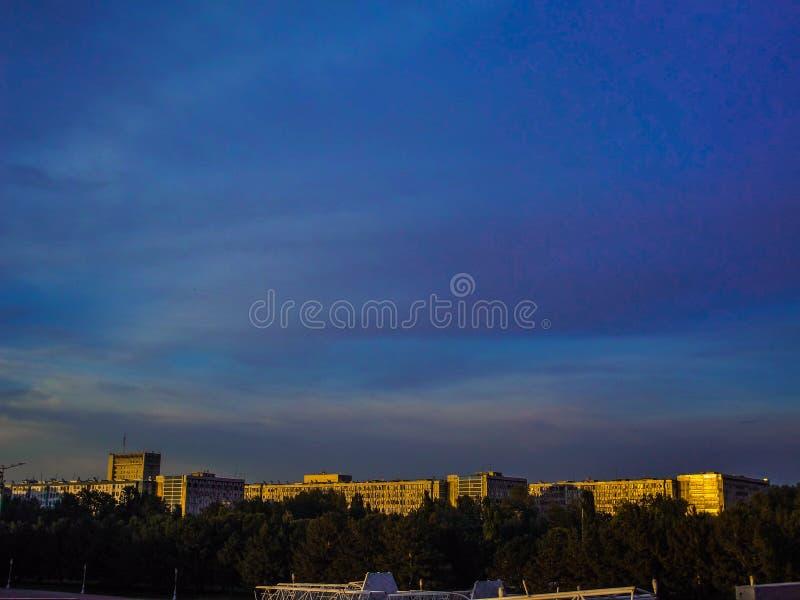 Kleurrijke hemel met gebouwen in de zonlichten stock afbeelding
