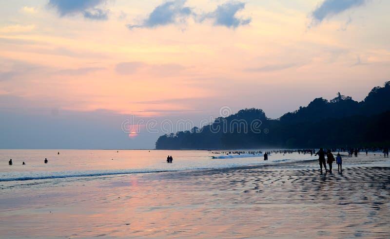 Kleurrijke Hemel met Wolken bij Avond bij Overvol Radhanagar-Strand, Havelock-Eiland, Andaman, India stock afbeelding