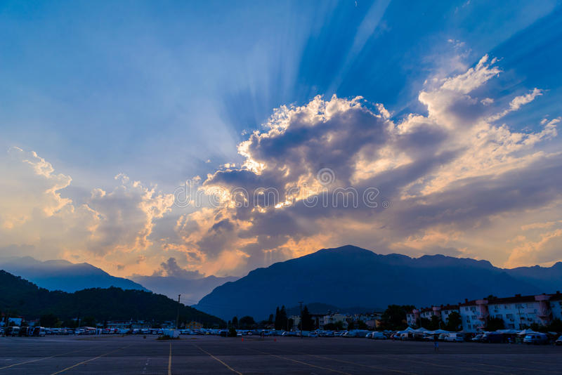 Kleurrijke hemel in schemeringtijd royalty-vrije stock afbeelding